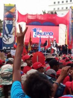 El presidente Maduro se dirige a la demonstracion masiva del primero de Mayo.