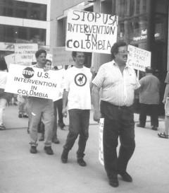 cuarenta personas manifestaron en frente del consulado Colombiano