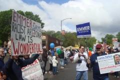 Protestan la presencia del candidato Tom Emmer en el desfile del Cinco de Mayo