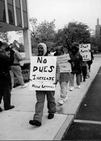 Pancarta exige no al aumento de cuota para sindicalistas