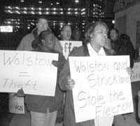 Pancarta: Walson = Theft