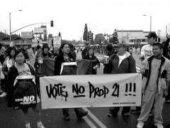 Este es un foto de una marcha contra la Proposición 21.