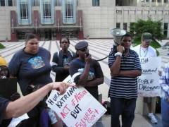 Miembros del Comité para el Derecho de Asistencia Pública protestan