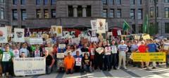Trabajadores en Minnesota protestan despues del verdicto de la Corte Suprema en