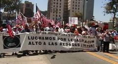 """Una pancarta larga que dice """"Luchamos por legalizacion"""""""