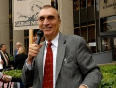 Carlos Montes habla afuera de la corte