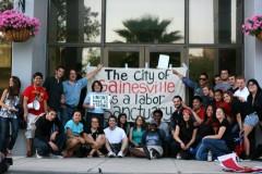 SDS de Gainesville con una manta frente a la alcaldia