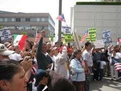 Activistas por los derechos de inmigrantes formaron una cadena humana