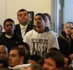 Estudiantes vistieron camisetas que decían LARES – manténgan las puertas abierta