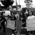 Una manifestacion contra la Proposición 21.