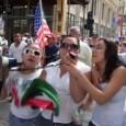 Mujeres gritando en una marcha grande