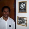 El vice-presidente Larry Davis del Local 743 al lado de fotos historicos