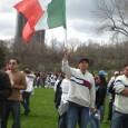 Un hombre con una bandera grande mexicana